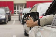 Das Mädchen hinter dem Rad eines Autos Lizenzfreies Stockbild