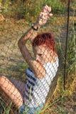 Das Mädchen hinter einem Rasterfeld Lizenzfreie Stockbilder