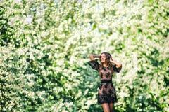 Das Mädchen im Apfelobstgarten Lizenzfreie Stockbilder