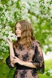 Das Mädchen im Apfelobstgarten Lizenzfreie Stockfotos