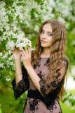 Das Mädchen im Apfelobstgarten Lizenzfreies Stockfoto