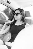 Das Mädchen im Auto Stockfoto