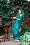 Das Mädchen im blauen indischen Kostüm Lizenzfreies Stockbild
