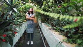 Das Mädchen im Gewächshaus im Schutzblech, itching von den Blütenstaubanlagen Allergisch zu den Blumen stock video footage