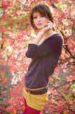 Das Mädchen im Herbstholz    Lizenzfreies Stockbild