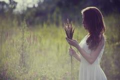 Das Mädchen im Holz Lizenzfreies Stockfoto