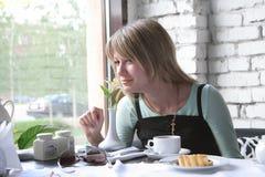 Das Mädchen im Kaffee Lizenzfreie Stockfotografie