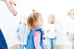 Das Mädchen im Kindergarten lizenzfreies stockbild