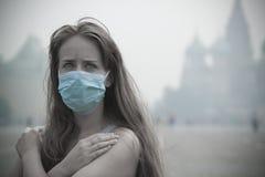 Das Mädchen im Nebel Lizenzfreies Stockfoto