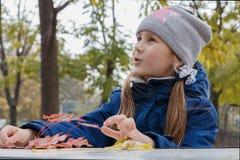 Das Mädchen im Park Stockfotos