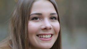 Das Mädchen im Park die Schneeglöckchen bewundernd stock video footage