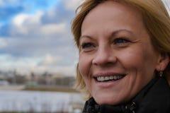 Das Mädchen im Park die Stadt von Minsk stockfoto