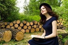 Das Mädchen im Park ein Buch lesend Lizenzfreies Stockbild