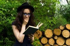 Das Mädchen im Park ein Buch lesend Lizenzfreie Stockfotos