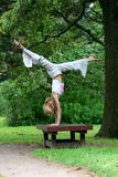 Das Mädchen im Park spielt Sport stockfotos