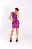 Das Mädchen im purpurroten Kleid Stockfotografie