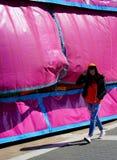Das Mädchen im rosa Zelt Stockfotos