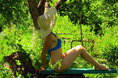 Das Mädchen im Schatten des Gartens Lizenzfreie Stockbilder