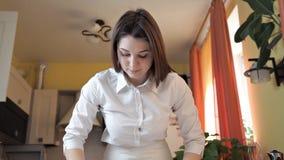 Das Mädchen im Schutzblech stellt den Pizzateig mit einem Nudelholz bereit Pizza zu Hause kochen stock video
