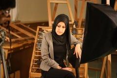 Das Mädchen im Schleier im Fotostudio, Giseh, Ägypten lizenzfreies stockfoto