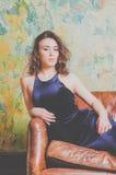 Das Mädchen im schwarzen Kleid im Hotel Lizenzfreie Stockfotografie