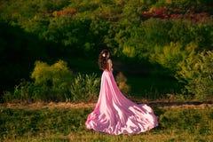 Das Mädchen im transparenten rosa Kleid Lizenzfreie Stockfotos