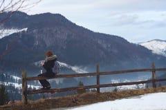 Das Mädchen im Winter in den Bergen mit Tee Lizenzfreie Stockbilder