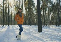 Das Mädchen im Winterwald Stockfoto
