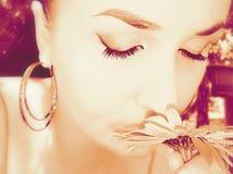 Das Mädchen inhaliert Duft von Blumen Stockfotos