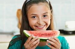 Das Mädchen isst die Wassermelone Stockbilder