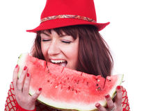 Das Mädchen isst eine Wassermelone Lizenzfreie Stockfotos