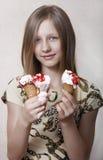 Das Mädchen isst Eiscreme Stockfotos
