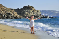 Das Mädchen ist über Seewellen glücklich Lizenzfreie Stockfotografie