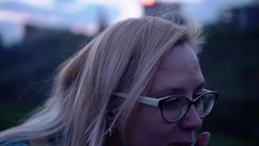 Das Mädchen ist auf der Glättungspromenade und dem trinkenden Saft von einem Rohr Nahaufnahme des Mädchens in der Bewegung stock video