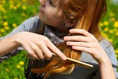 Das Mädchen kämmt Haar Stockfoto