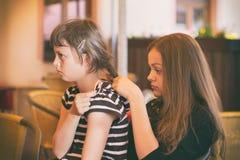 Das Mädchen kämmt ihr Haar zu ihrem Freund Stockbilder