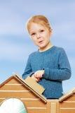 Das Mädchen am Kartonhaus Lizenzfreie Stockfotos