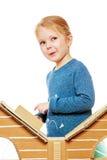 Das Mädchen am Kartonhaus Stockfotografie