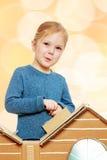 Das Mädchen am Kartonhaus Stockfoto