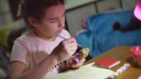 Das Mädchen das Kind malt eine Puppe der manuellen Arbeit des Mädchens Spielwarenlebensstil des handgemachten Farbtons des Jugend stock footage