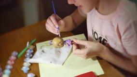 Das Mädchen das Kind malt eine Puppe der manuellen Arbeit handgemachter zuhause färbender selbst gemachter Spielwarenlebensstil d stock video