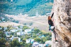 Das Mädchen klettert den Felsen lizenzfreies stockfoto