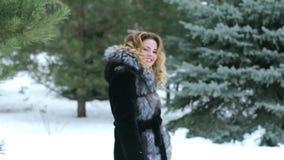 Das Mädchen läuft den Schnee und den Vertrag durch, ihm zu folgen stock video