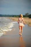 Das Mädchen läuft weg zum Strand Lizenzfreie Stockfotos