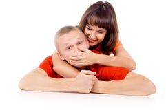 Das Mädchen lag auf seinem zurück am Kerl auf dem Boden und der Abdeckung Stockbild
