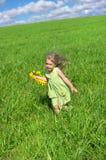 Das Mädchen lief über das Feld Lizenzfreies Stockbild