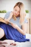 Das Mädchen liest Stockbild