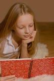Das Mädchen liest das Buch Lizenzfreie Stockfotografie