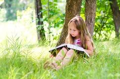 Das Mädchen liest das Buch Stockfotografie