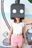 Das Mädchen machen Foto mit Kunstkasten Stockbild